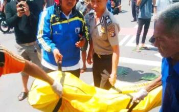 Jenazah korban saat dievakuasi aparat kepolisian, Rabu (7/6/2017)