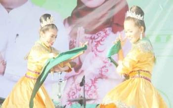 Sejumlah pelajar mementaskan tari tradisional khas Kabupaten Kotawaringin Barat.