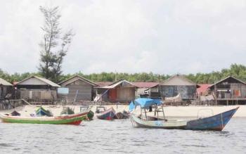 Sejumlah kelotok sedang tambat di tepi Pantai Ujung Pandaran yang terkena abrasi.