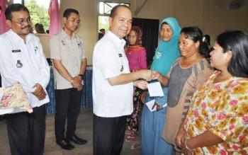 Bupati Kapuas Ben Brahim S Bahat saat menyerahkan bantuan Program PKH kepada para perwakilan penerima di Aula Kecamatan Mantangai, Rabu (7/6/2017).