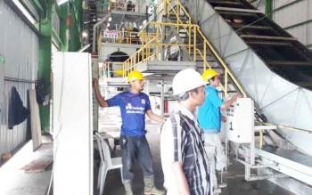 Para pekerja di salahsatu Pabrik Kelapa Sawit di Lamandau.