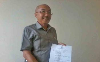 Ketua DPRD Katingan Ignatius Mantir Ledie Nussa menunjukan surat undangan Gubernur Kalteng terkait penyerahan putusan Mendagri, Rabu (7/6/2017).