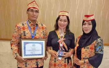 Perwakilan BLK Desa Konut, Kecamatan Tanah Siang, Kabupaten Murung Raya, sesaaat sesudah menerima penghargaan di Jakarta, beberapa waktu lalu.