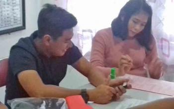 Megawati alias Mega alias Novi bersama penyidik kepolisian.
