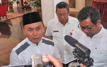 Gubernur Kalteng Sugianto Sabren (berpeci) didampingi Pj Sekda Kalteng Sahrin Daulay (tengah), dan Ahmad Yantenglie memberikan keterangan pers di Istana Isen Mulang, Rabu (7/6/2017) sore.