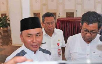 Gubernur Kalteng Sugianto Sabran (berpeci) memberikan keterangan pers, Rabu (7/6/2017).