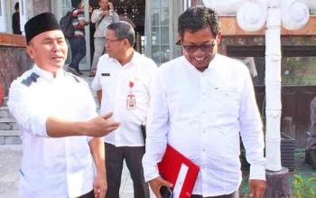 Ahmad Yantenglie (kanan) beranjak meninggalkan Istana Isen Mulang dengan diantar Gubernur Kalteng Sugianto Sabran seusai menerima SK asli dari Mendagri tentang pemberhetian dirinya sebagai bupati Katingan, Rabu (7/6/2017).
