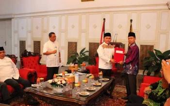Gubernur Kalimantan Tengah, Sugianto Sabran menyerahkan SK Mendagri kepada Sakariyas (kanan) menandai resminya Wakil Bupati ini menjadi Plt Bupati Katingan, Rabu (7/6/2017).