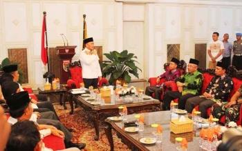 Gubernur Kalteng saat memberikan arahan kepada Plt Bupati Katingan Sakariyas usai menyerahkan SK Mendagri tadi malam.