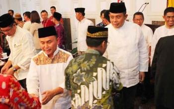 Gubernur Sugianto dan Kalpolda Kalteng Brigjen Anang Revandoko saat ramah tamah menyalami tokoh-tokoh Katingan sembari berpesan agar menjaga kebersamaan dalam rangka menjaga situasi kondusif