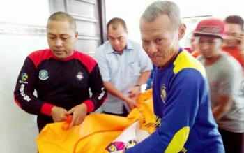 Korban Meyantony (40), warga Jalan B Koetin, ketika dievakuasi menuju kamar mayat RSUD dr Doris Sylvanus Palangka Raya. Anggota Fotografer Palangka Raya ini, ditemukan tewas Kamis (8/6/2017).