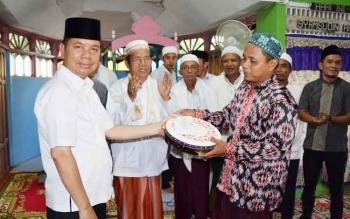 Bupati Kapuas Ben Brahim s Bahat saat menyerahkan bantuan rebana dan uang Rp10 juta yang diterima pengurus Masjid Jami At Taqwa Sei Lunuk Kecamatan Bataguh, Rabu (7/6/2017) sore.
