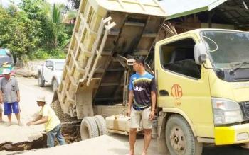 Truk pengangkut batu spilt milik PT LBP yang terperosok di jalan kerena baban yang berat