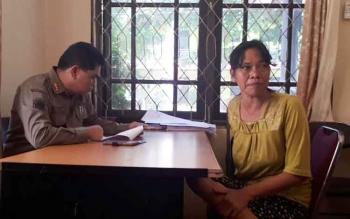 Kepala Satpol PP Kotim Rihel saat memberi pengarahan kepada Rusnilawati, Gepeng yang kembali terjaring razia, Kamis (8/6/2017).