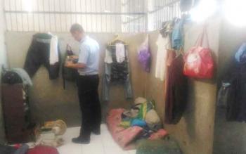 Petugas Rutan Kelas II A Palangka Raya melakukan pemeriksaan di ruang narapidana, Kamis (8/6/2017)