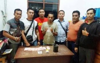 Kapolsek Mentaya Hulu Iptu Saifullah (kemeja putih) bersama sejumlah anggotanya mengapit tersangka sabu yang diringkus.