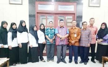 Bupati Sukamara Ahmad Dirman saat berfoto bersama bidan yang menerima SK.