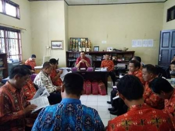 Kepala Dinas Pendidikan Kabupaten Gunung Mas Agung (depan) memimpin rapat dengan seluruh camat terkait pelaksanaan Festival Budaya Mihing Manasa, Kamis (8/6/2017).
