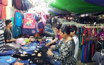 Sejumlah warga sedang memilih pakaian yang mereka inginkan di salah satu penjual yang ada di Pasar Inpres.