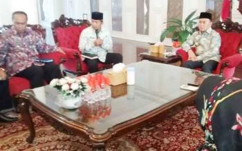 Wali Kota Palangka Raya Riban Satia bersama rombongan mengadakan audiensi dengan Gubernur Kalimantan Tengah Sugianto Sabran terkait penyelanggaraan Kemah Budaya Nasional, Kamis (8/6/2017).