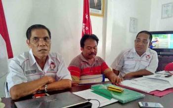 Suratman (tengah) di dampingi Kepala Biro Hukum dan Advokasi KIB Backtiar Efendi (kiri), dan Ketua DPW KIB Kalteng Andre L Awan, memberikan keterangan kepada wartawan, Senin (5/6/2017).