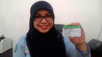 Kepala Layanan Operasional BPJS Kabupaten Kapuas Sukarsih,SE menunjukan Kartu Kapuas Sehat(KKS) Kamis(8/6/2017).