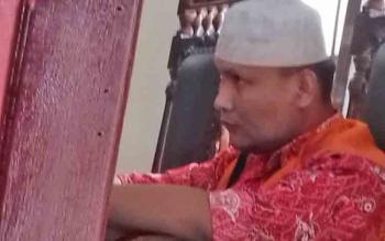 Sumarno alias Heri saat jalani sidang terdakwa kasus penggelapan dan penipuan.