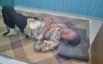Kakek Marsi (68) Warga Desa Lungku Layang Kecamatan Timpah terbaring,keletihan di Kantor PWI Kapuas Kamis(8/6/2017).