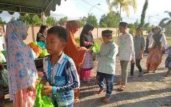 Anak-anak yatim dan tidak mampu saat mengambil bingkisan di halaman rumah jabatan bupati, Ahmad Dirman.