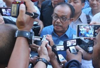 Wakil Ketua DPRD Kalteng Abdul Razak memberikan keterangan pers, Kamis (8/6/2017).