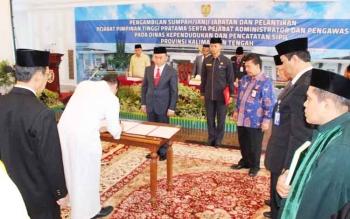 Gubernur Sugianto saat melantik pejabat tinggi pratama pada 24 Maret 2017 lalu di Istana Isen Mulang