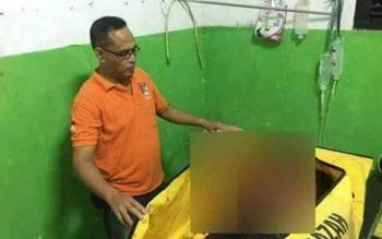 Unit Identifikasi Polres Kobar sedang memeriksa luka korban di kamar jenazah RSUD Sultan Imanuddin