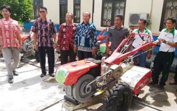 Penyerahan bantuan alsintan kepada kelompok tani di halaman kantor Dinas Pertanian dan Ketahanan Pangan Gunung Mas, Jumat (9/6/2017)