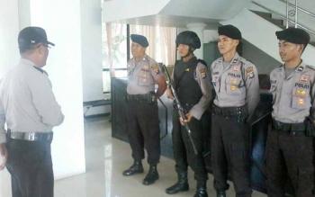 Anggota Brimob Polda Kalteng saat mendapatkan pengarahan dari komandannya saat melakukan pengamanan di Gedung DPRD Katingan, Jumat (9/6/2017)