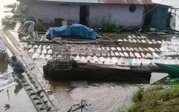 Tempat pengumpulan hasil karet milik warga di Sungai Barito, Kabupaten Murung Raya.