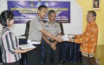 Kasatlantas Polres Kobar AKP Asdini Pratama Putra menyerahkan Modul Pembelajaran Pendidikan Lalulintas kepada pihak Disdikbud Kobar.