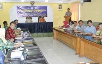 Kasat Lantas Polres Kobar saat berkoordinasi dengan perwakilan sekolah untuk mengintegrasikan PLL dengan PKn.