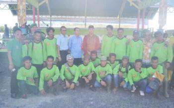 Wakil bupati Sukamara, Windu Subagio saat befoto dengan karyawan perusahaan sawit
