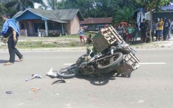 Sebuah motor tergeletak di Jl Tjilik Riwut, usai pengendaranya menabrak truk hingga tewas, beberapa waktu lalu.