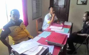 Kejari Kapuas Subroto (pakaian hitam kuning) didampingi Kasi Pidum Ario Wicaksono sedang berdialog dengan salah satu terdakwa kepemilikan senjata tajam di runangan Kasi Pidum, Jumat (9/6/2017).