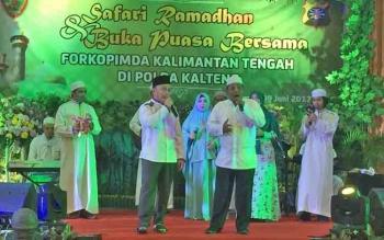 Gubernur Kalteng Sugianto Sabran dan Wakil Gubernur Habib Said Ismail menyanyikan lagu islami dalam acara Safari Ramadan bersama Forkopimda di gedung kerucut Polda Kalteng, Palangka Raya, Jumat (9/6/2017) petang.