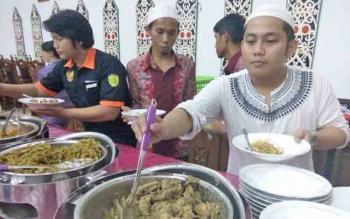 Tamu undangan buka puasa bersama DPRD Kota Palangka Raya, Jumat (9/6/2017), antusias menjajal menu ayam kampung kare dan ikan saluang goreng yang disajikan panitia acara.