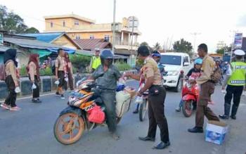 Tampak sejumlah anggota Gerakan Pramuka Lamandau, tengah membagikan takjil gratis kepada para pengguna jalan di Jalan Batu Batanggui, Jumat (9/6/2017) sore.