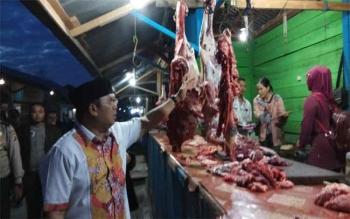 Wakil Bupati Kobar Ahmadi Riansyah mengecek daging sapi yang dijual oleh para pedagang di Pasar Tembaga Indah Kelurahan Kampung Baru, Sabtu (10/6/2016).