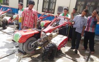 Penyerahan alsintan kepada kelompok tani di halaman kantor Dinas Pertanian dan Ketahanan Pangan, Jumat (9/6/2017).