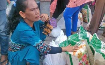 Nanut warga RT 04, Kelurahan Mendawai Seberang senang dengan adanya pasar murah yang diadakan oleh CBI Group dan PT SSMS Tbk.