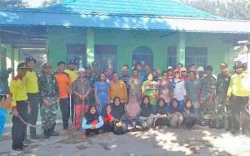 Polsek Basaran dan Koramil membersihkan Musholla Darussalam, Desa Lunuk Ramba.