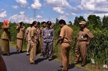 Wali Kota Palangka Raya Riban Satia bersama Wakilnya Mofit Saptono Subagio dan beberapa kepala SKPD saat meninjau lokasi rencana pembangunan asrama IPDN