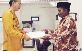 Bupati Barito Utara, Nadalsyah menyerahkan bantuan kepada pengurus Masjid Darul Hikmah, Desa Walur