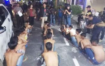 Belasan remaja saat diamankan di Polsek Pahandut.